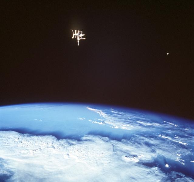 Dwa księżyce Ziemi
