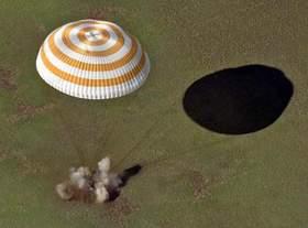 Kapsuła Sojuza TM-33 w czasie lądowania