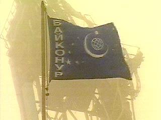 Flaga Bajkonuru i ruiny korpusu montażowo-testowego