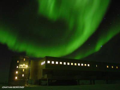 Zorza polarna ponad stacją Amundsena-Scotta
