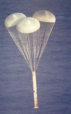 Rakieta na paliwo stałe opada na spadochronie