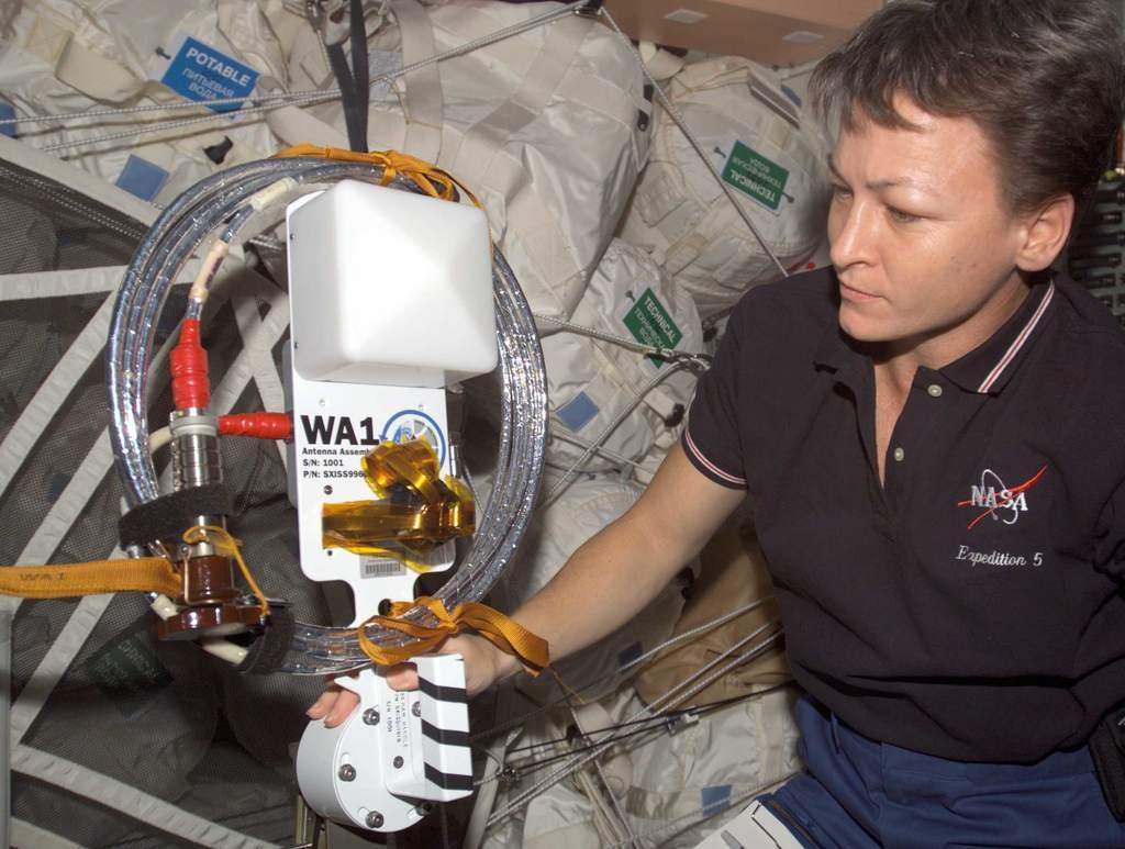 Peggy A. Whitson przedradioamatorską anteną WA1