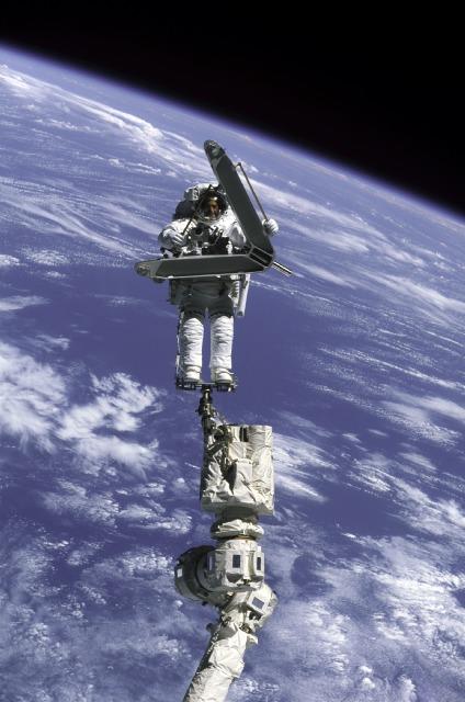 Lee Morin podczas spaceru kosmicznego