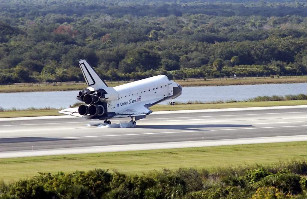 Endeavour ląduje, kończąc misję STS-113
