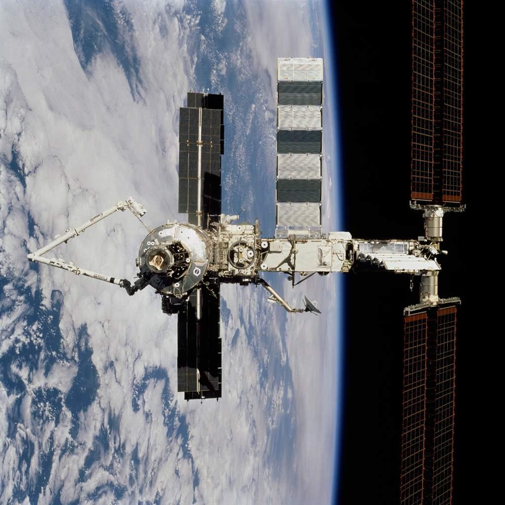 ISS widziana z wahadłowca