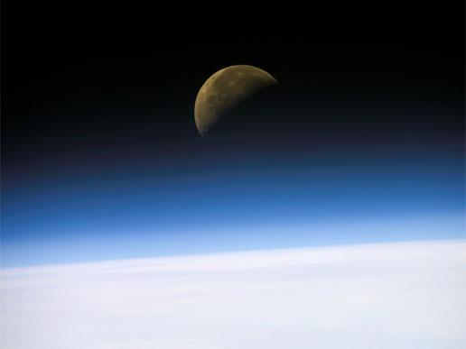 Księżyc w błękicie ziemskiej atmosfery