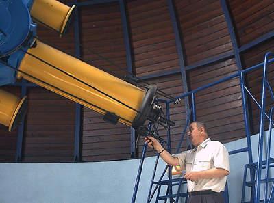 Marek Szczepański przy teleskopie