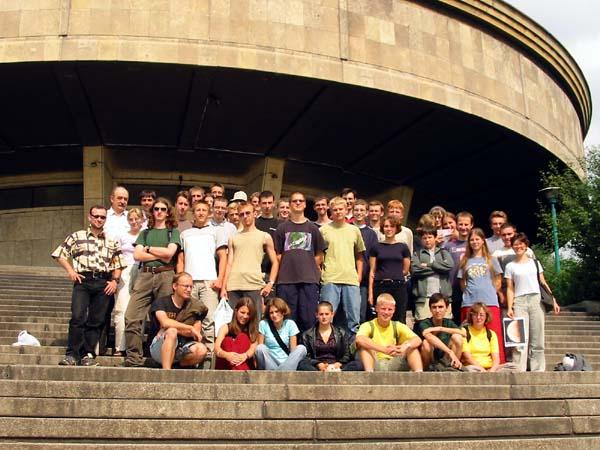 Uczestnicy obozu 2002 przez chorzowskim planetarium