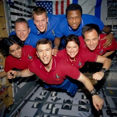 Załoga misji STS-107 unosząca się wstanie nieważkości