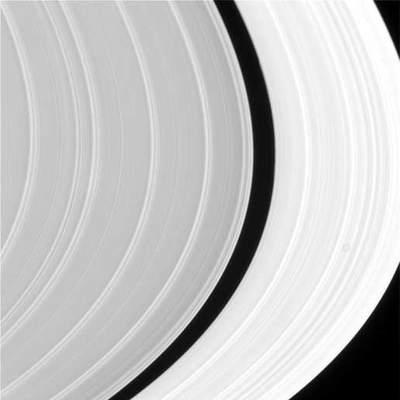 Pierścienie Saturna widziane z orbity