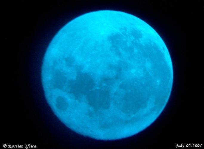 Księżyc widziany przez niebieski filtr