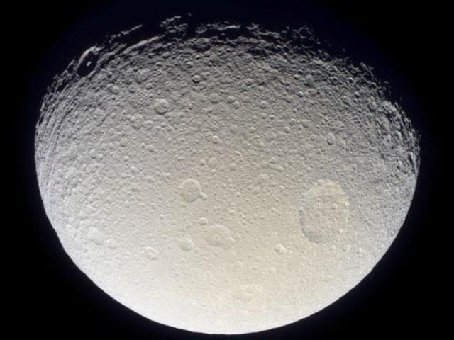 Tetys sfotografowana przez sondę Cassini 28.10.2004