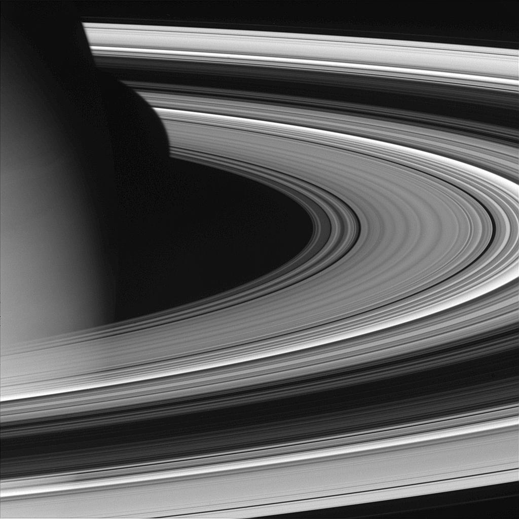 Pierścienie Saturna od nieoświetlonej strony