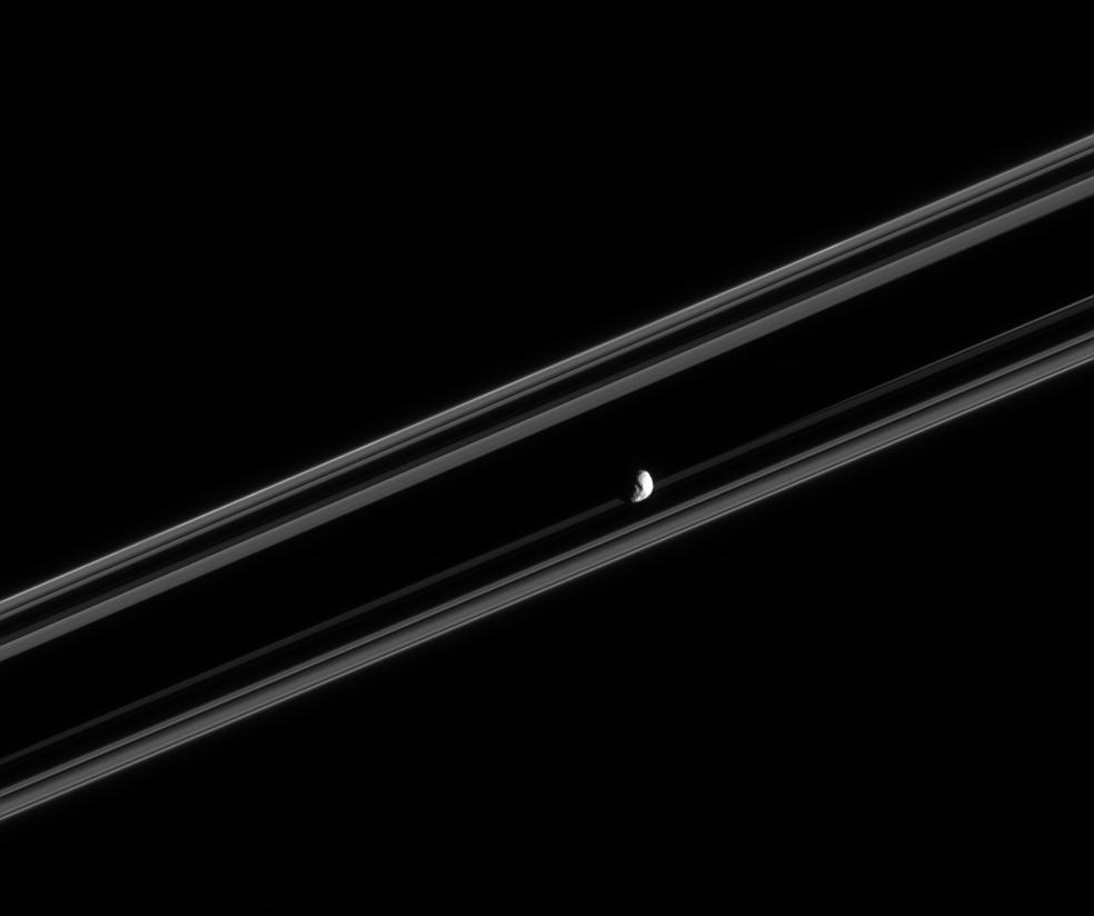 Janus pomiędzy pierścieniami Saturna