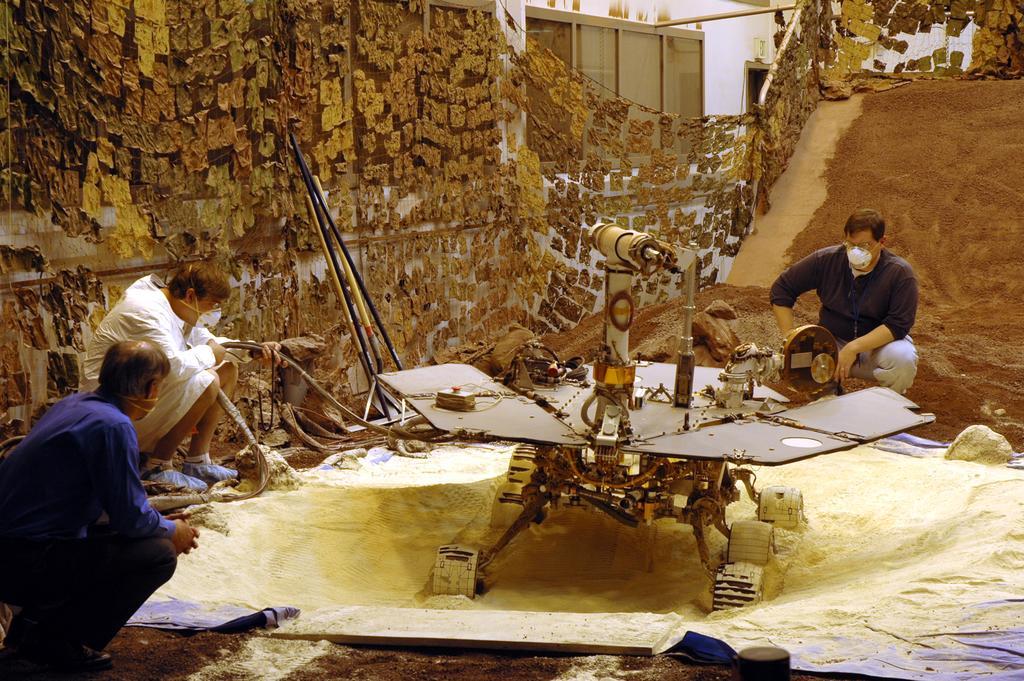 Łazik testowy wykopuje się z piasku