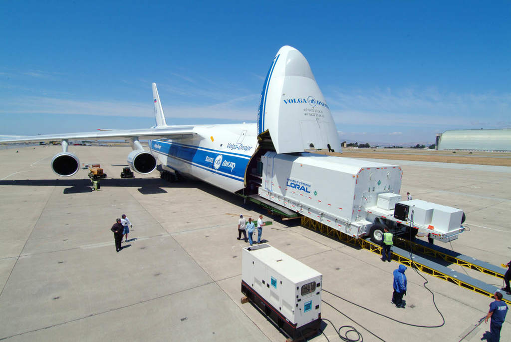 Załadunek iPSTAR-1 do samolotu