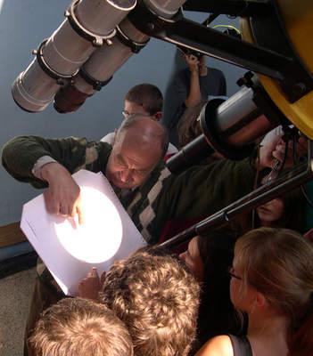 Marek Szczepański pokazuje plamy słoneczne