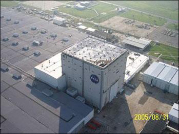 Uszkodzenia dachu jednego z głównych budynków fabryki zbiorników zewnętrznych