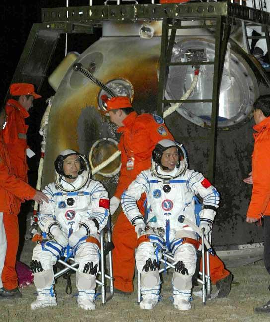 Fei Junlong i Nie Haisheng na tle kapsuły