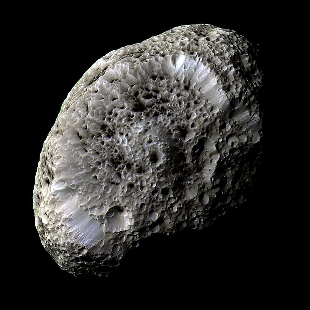 Zdjęcie Hiperiona wykonane z sondy Cassini 26 września 2005