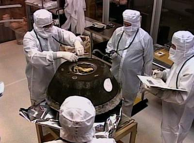 Kapsuła Stardust wplacówce badawczej