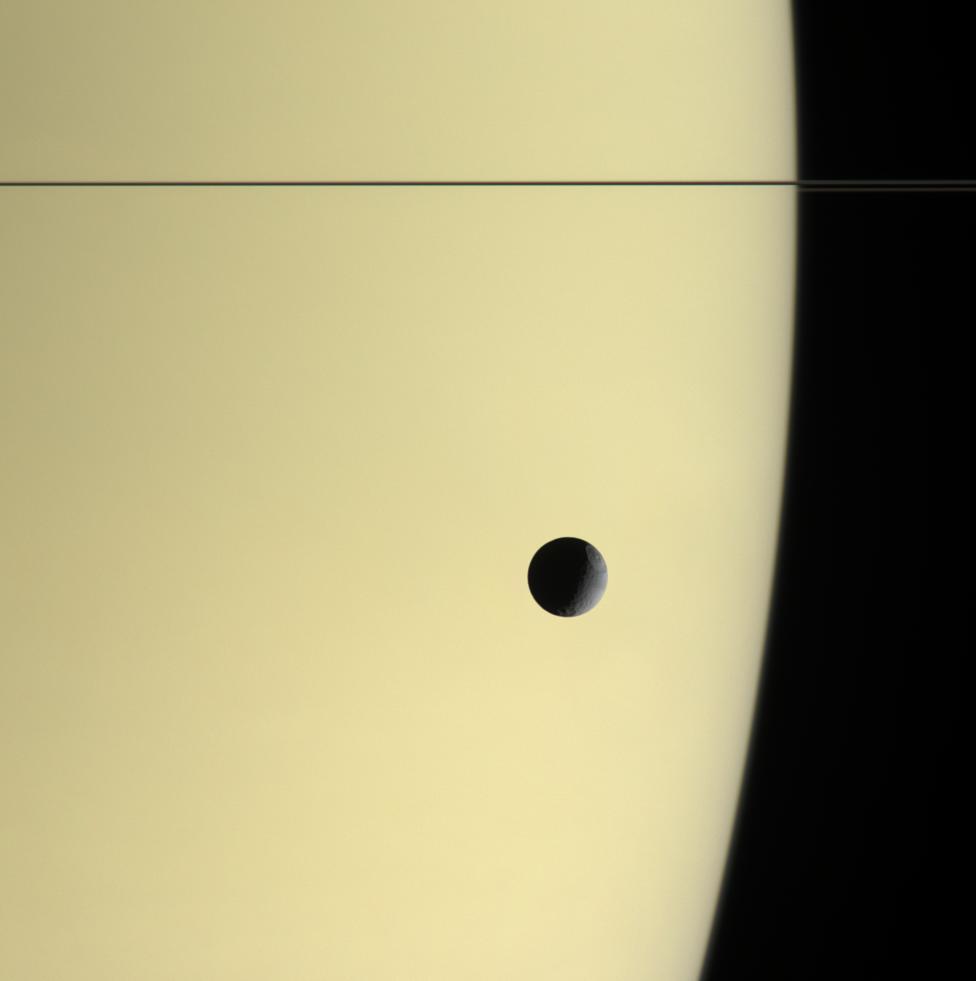 Tetys na tle Saturna