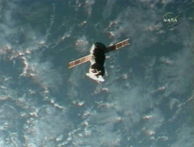Kapsuła Sojuz oddalająca się od ISS 20 marca 2006 roku