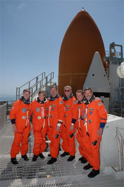Załoga STS-115 na tle promu Atlantis