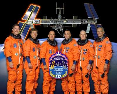 Załoga promu Atlantis podczas misji STS-117