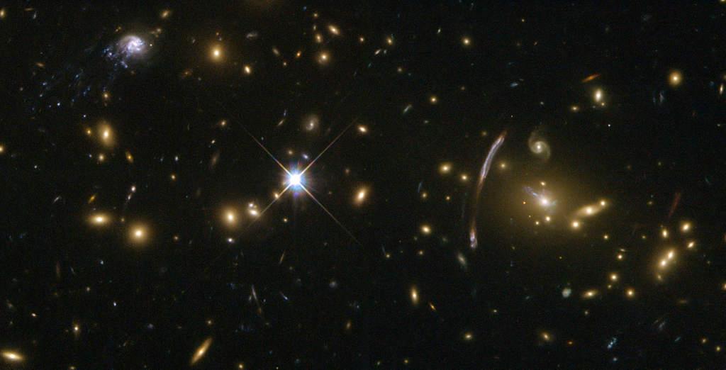 Dziwna galaktyka spiralna w gromadzie Abell 2667