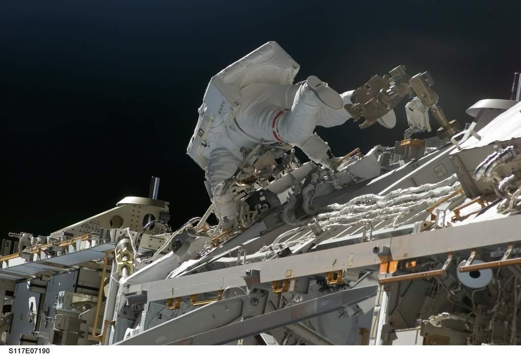 Patrick Forrester w czasie EVA-2 podczas STS-117
