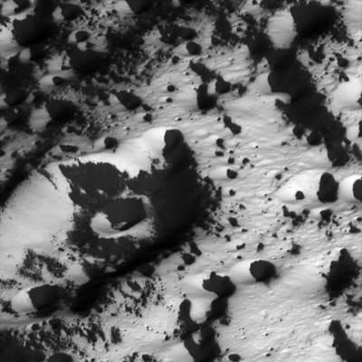 Japetus - kratery pokryte ciemnym materiałem