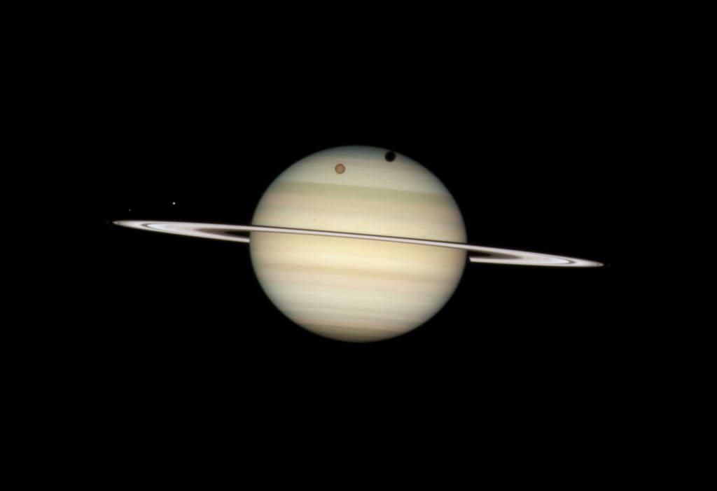 Poczwórny tranzyt księżyców na tle Saturna
