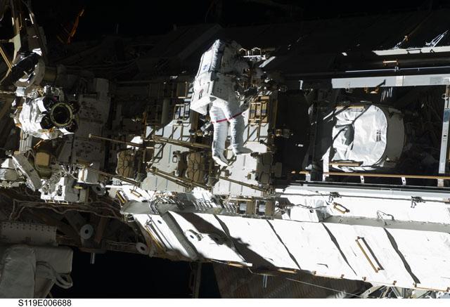 STS-119, pierwszy spacer