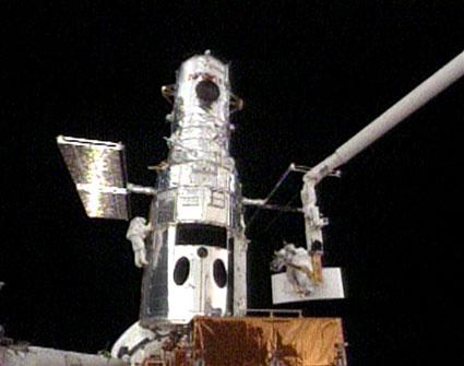 STS-125, pierwszy spacer