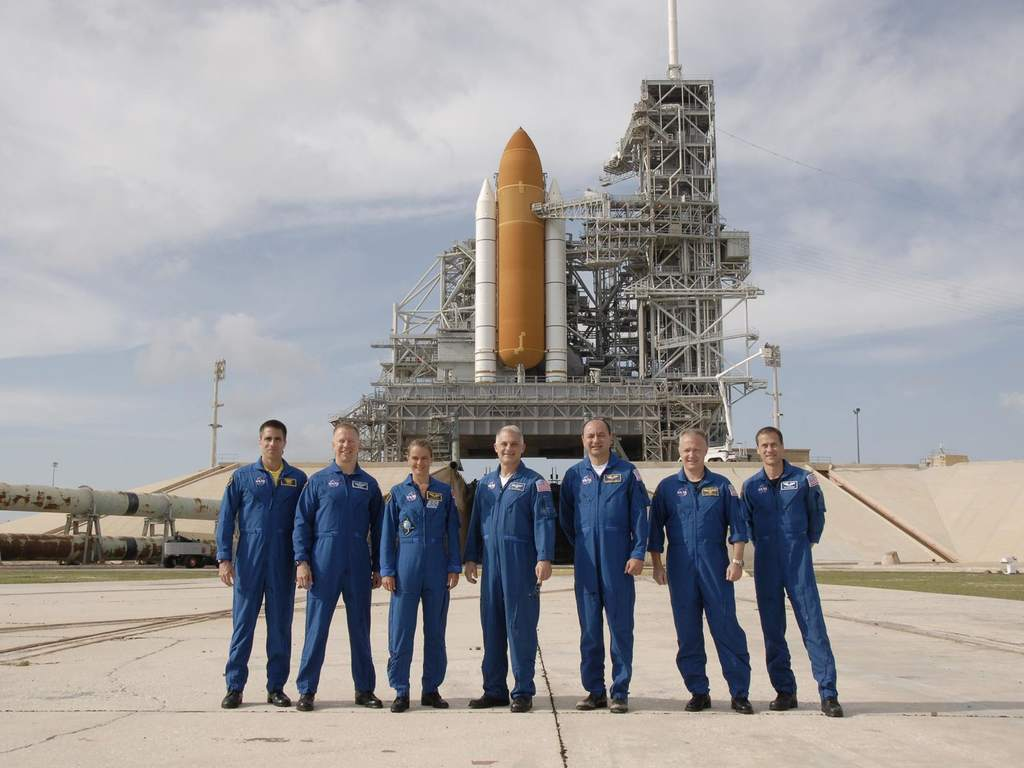 Załoga misji STS-127 i prom