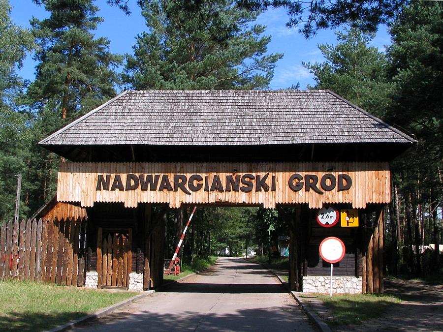 Nadwarciański Gród - brama wjazdowa