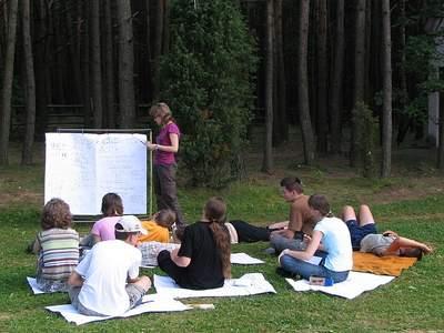 Obóz w Załęczu - zajęcia na zielonej trawce