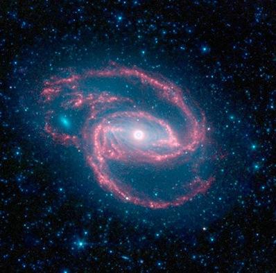 NGC 1097 w obiektywie teleskopu Spitzera