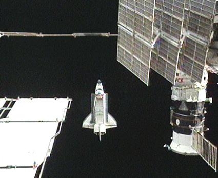 """STS-129, """"Atlantis"""" po odłączeniu"""