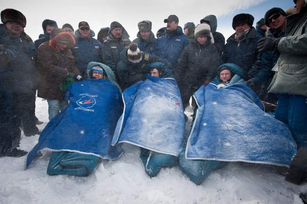 Załoga Sojuza TMA-01M po powrocie na Ziemię