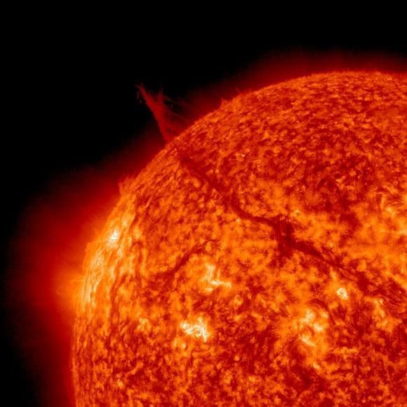 ogromny filament widoczny na tle tarczy słonecznej