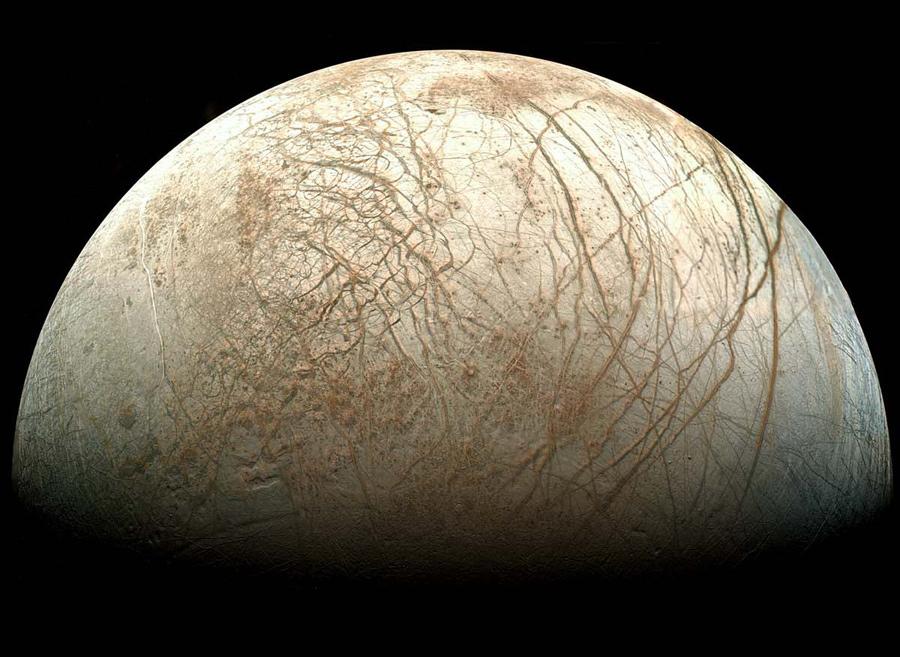 Powierzchnia Europy sfotografowana przez sondę Galileo.