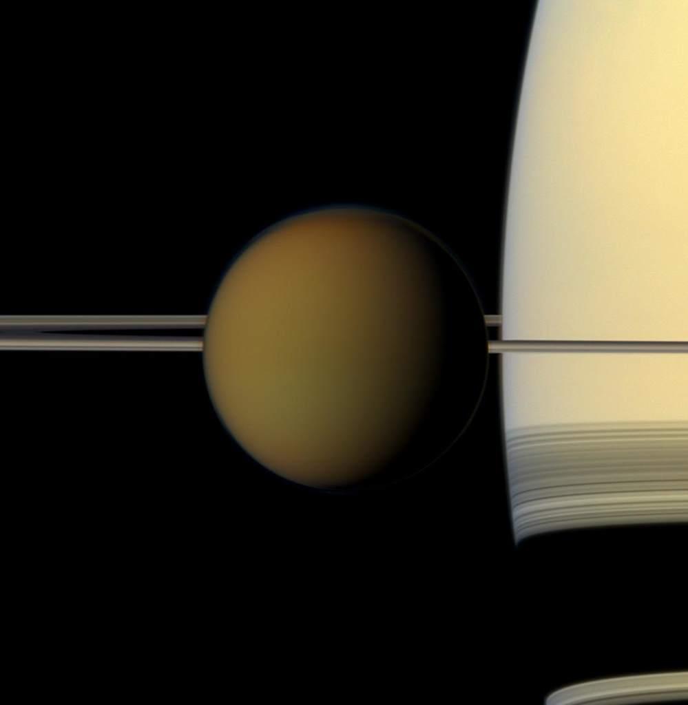 Tytan na tle Saturna