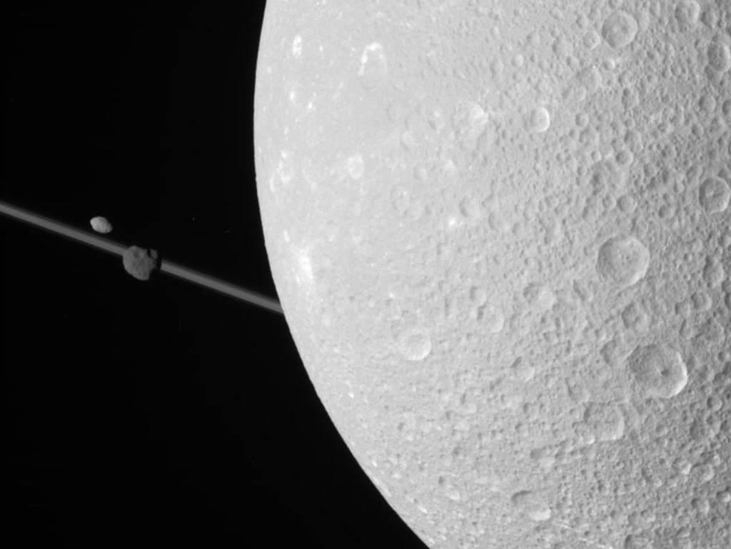 Dione sfotografowana przez sondę Cassini