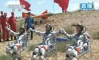 Załoga Shenzhou-9 po pworocie na Ziemię