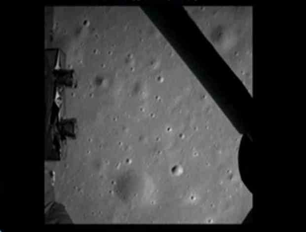 Pierwsze zdjęcie powierzchni Księżyca przesłane przez lądownik Chang'e-3.