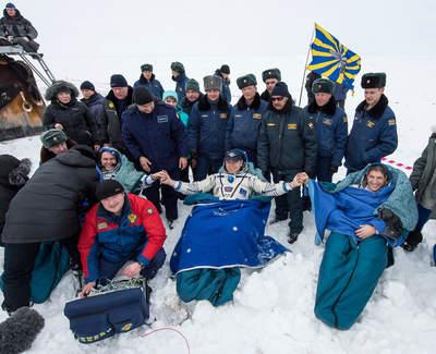Członkowie Ekspedycji 38. po lądowaniu w Kazachstanie