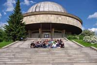 Uczestnicy seminarium na schodach Planetarium Śląskiego w Chorzowie