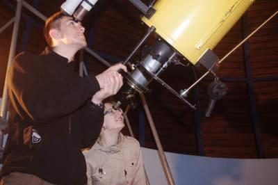 Obserwacje prowadzone największą w Polsce, 4,5-metrową lunetą